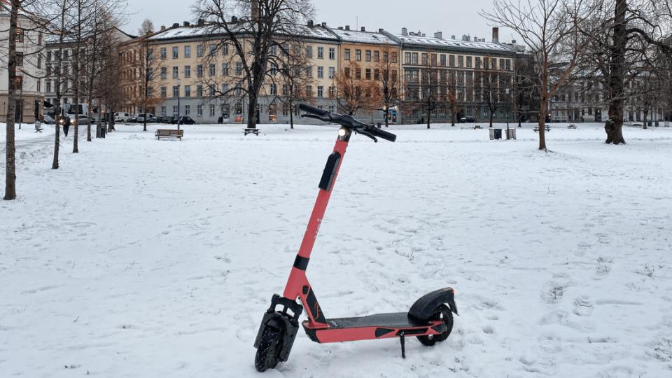 monopattino nella neve invernale