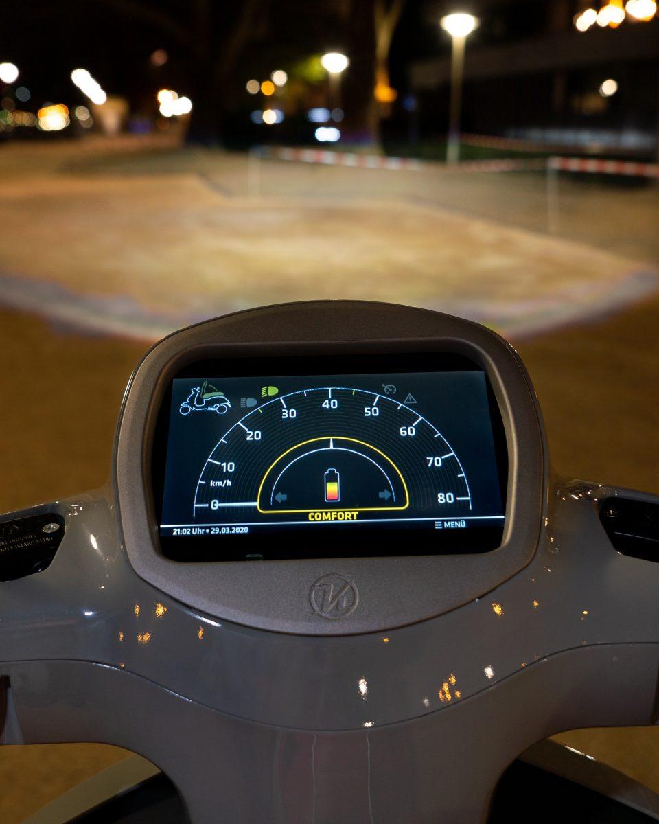 immagine di dashboard dello scooter elettrico per risparmiare batteria