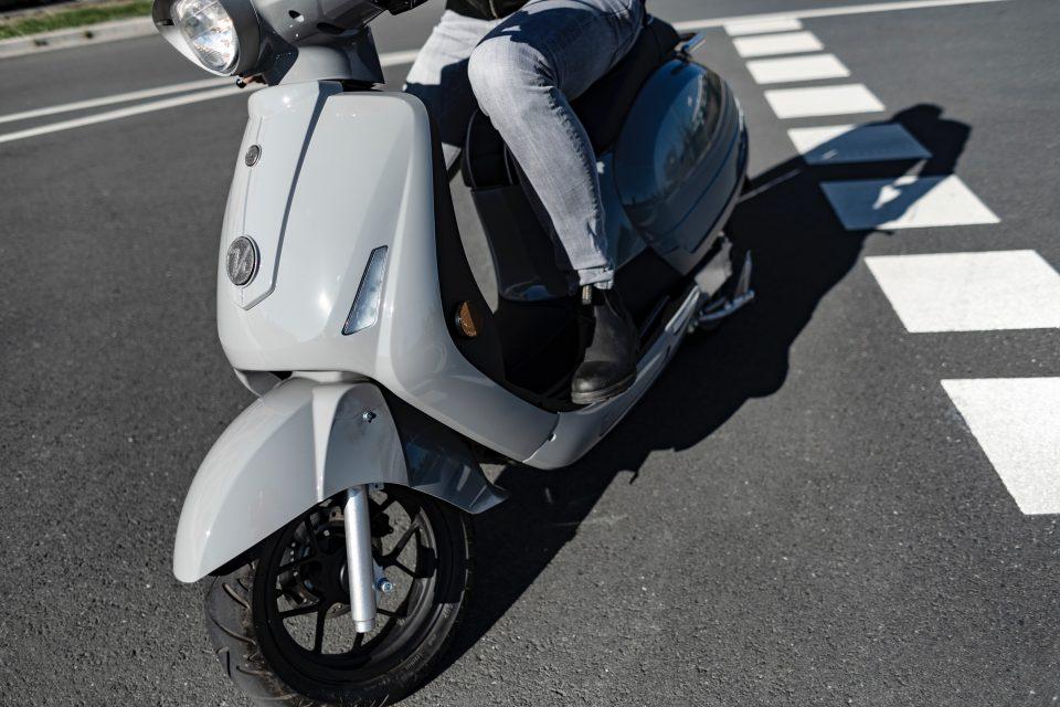 scooter elettrico in strada